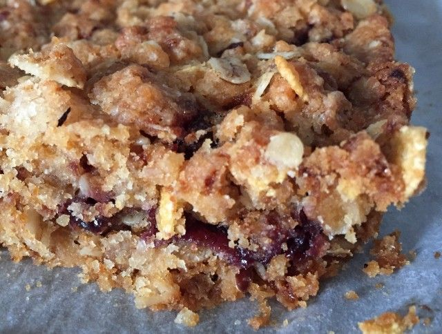 Sbrisolona vegana ai frutti di bosco (con fiocchi d'avena, zucchero integrale e uno strato di marmellata) (Veganblog.it)