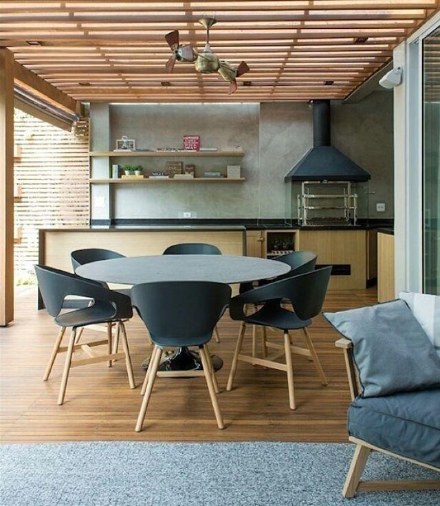 Bom dia Brasil! Varanda gourmet l Teto em madeira contribuiu para aquecer o ambiente e realçar os tons de cinza e preto, adorei!!! Projeto @triplex_arquitetura #gourmet #sp #bomdia #goodmorning #bonjour #arquiteta #architecture #decor #photooftheday #luxurydesign #arquitetura #instagood #design #madeira #wood #instamood #lovedecor #furniture #decoracion #instadaily #archdaily #instalike #blogfabiarquiteta #fabiarquiteta www.fabiarquiteta.com