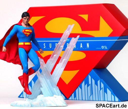 Superman: Superman (Christopher Reeve) ... http://spaceart.de/produkte/sm001.php ... Hier bieten wir eine extrem aufwendige Superman Deluxe Figur des Edel-Herstellers Hot Toys. Die Comicfigur Superman wurde in den 1930er Jahren von Jerry Siegel und Joe Shuster geschaffen. Superman ist der mit Sicherheit berühmteste Superheld weltweit. Im Jahr 1978 entstand unter der Regie von Richard Donner der erste Superman Kinofilm mit Christopher Reeve in der Hauptrolle. Diese edle Deluxe Figur ist an…