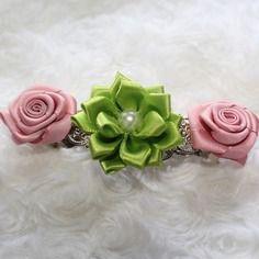 Barrette argentée orner de rose et fleurs en satin