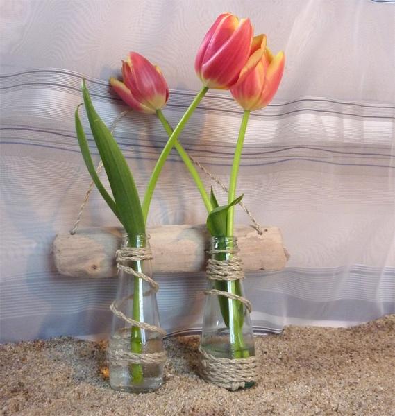 Portafiore realizzato con und pezzo di legno di mare e 2 bottiglie piccole decorato con una cordicella.  Bellissima decorazione sia per dentro che ...