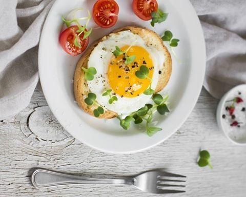 Você sabia que o ovo é considerado o segundo melhor alimento do mundo? A importância se deve ao fato dele possuir uma lista enorme de benefícios ao organismo. A começar pela (antes temida) gema que é uma das partes mais ricas em nutrientes onde se concentram a maioria das vitaminas e minerais. Para saber mais dos benefícios do ovo leia a coluna desta semana da Dra. @esthelaconde em marieclaire.globo.com ou baixe nosso app #LinkNaBio.  via MARIE CLAIRE BRASIL MAGAZINE OFFICIAL INSTAGRAM…