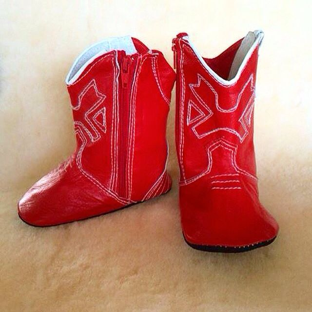 RED COWBOY BOOTS. Yes indeed this is straight from the horses mouth. A gorgeous 100% leather. Mounted on 100% Merino rug. Round these up while your still chomping on the bit. Giddy up. #cowboys #cowboy #cowboyboots #westernstyle #country #countrybaby #countryside #softsoles #countrygirl #countrymusic #cowboybaby #redcowboyboots #byronbay #byronbabyshop #babies #babygift #babylove #babyshop #instababy #toddlerfashion #babystore #babystyle #horseboots #horsey @byronbabyshop…