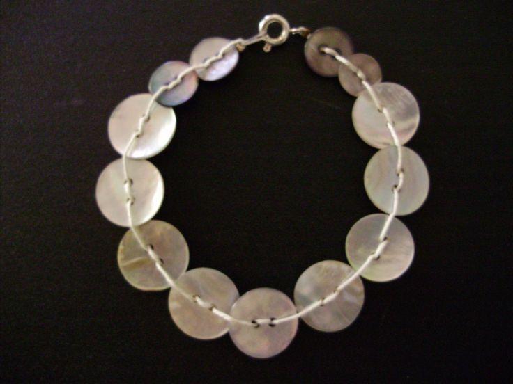 Bracelet avec des boutons de nacre
