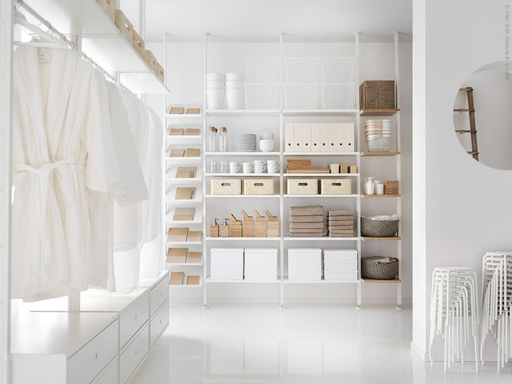 Aldrig förr har det varit enklare att skapa en skräddarsydd förvaring hemma – oavsett om du vill ha en öppen lösning i rummet eller skapa din egen walk in closet. Här hittar du några förslag med det nya smarta förvaringssystemet EVARLI.