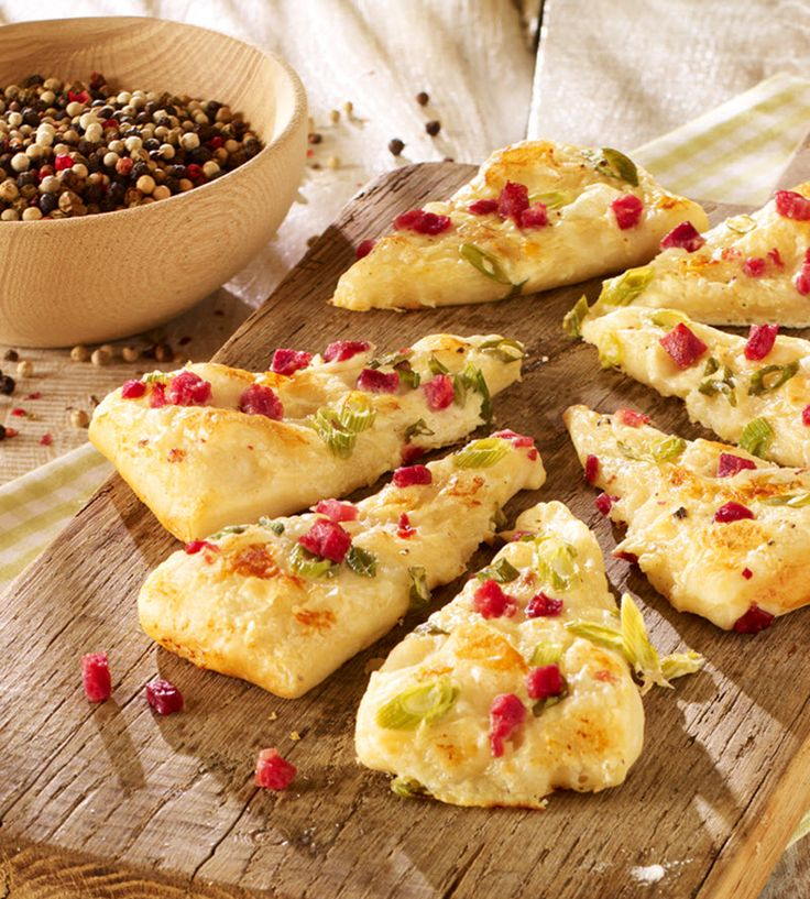 Pikantes Hefegebäck mit Schinken und Käse als Snack für zwischendurch
