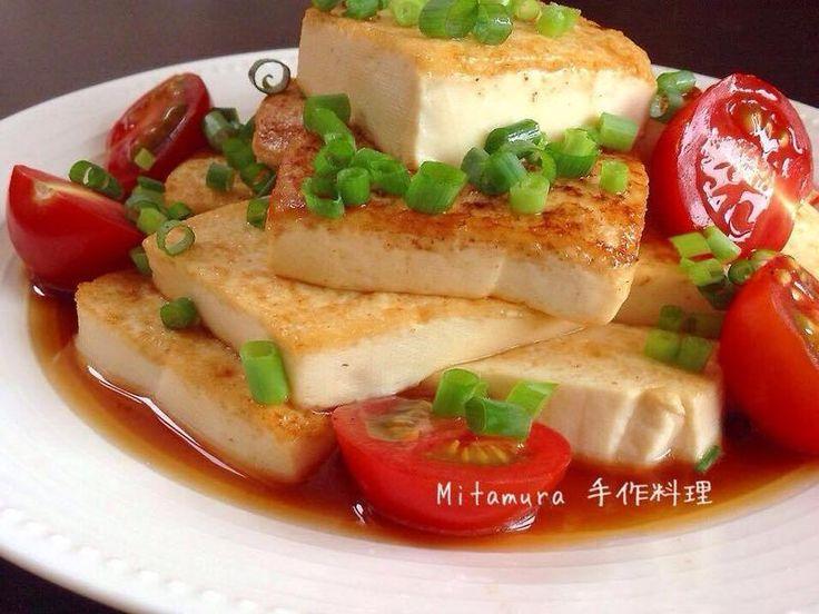 將豆腐兩面煎香後,淋上特製的香味醬汁,擺上紅蕃茄,撒上滿滿青葱,一道引人食欲,清爽可口的豆腐小菜上桌。