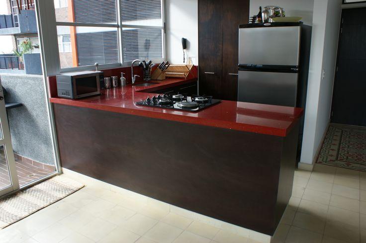 Cocina Calle 5A - Mesón rojo. Cocina en aglomerado + Melamina Wengue + Meson Rojo.