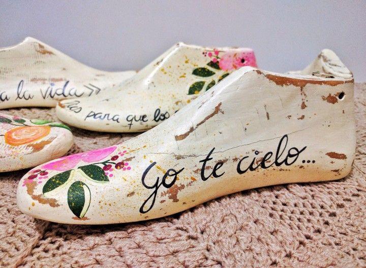 Usando como base hormas de zapatos usadas, las intervenimos con frases de Frida Kahlo y flores que aportan color y vida a cualquier ambiente :)