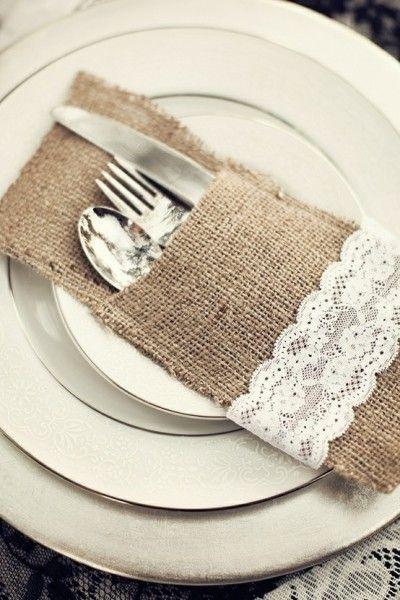 Cuando nos hablan de la decoracion de las mesas del banquete de boda, siempre ponemos nuestra atencion en los centros de mesa, las sillas o la manteleria. Pero en muchas ocasiones, nos olvidamos de un elemento fundamental, la cuberteria.: