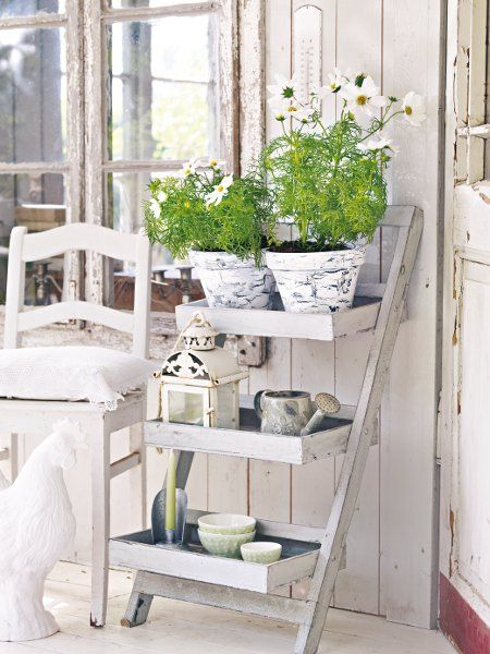 Gartengestaltung im Shabby Chic kann man mit ein paar Blumentöpfen ganz leicht selbermachen.