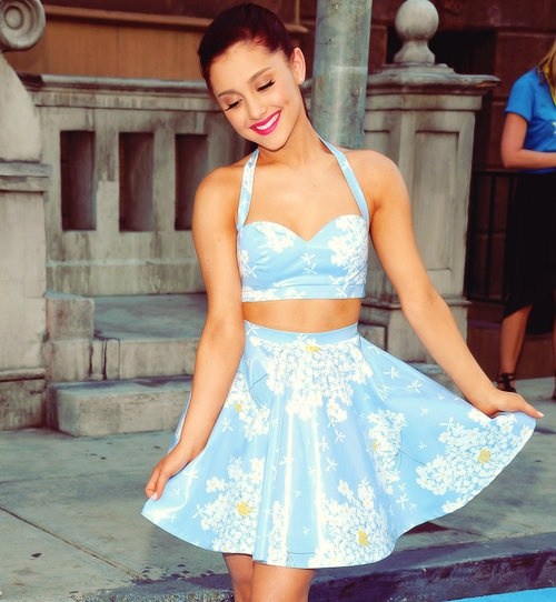 Ariana Grande with her super cute two piece vintage style. | La ...