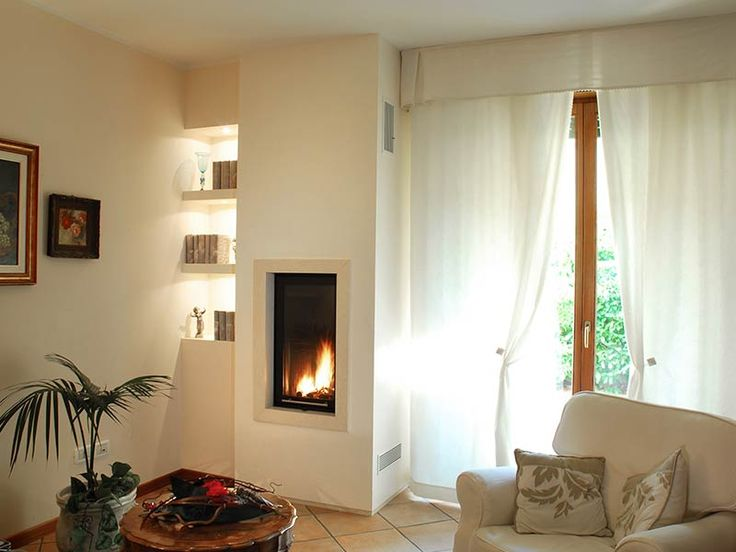 Caminetto moderno a parete con nicchie laterali illuminate for Caminetto ad angolo contemporaneo