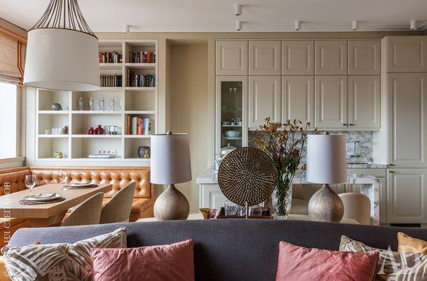 Вид из гостиной на кухню. Встроенный книжный шкаф сделан по эскизам дизайнера. Диван, обитый натуральной кожей, изготовлен на заказ.