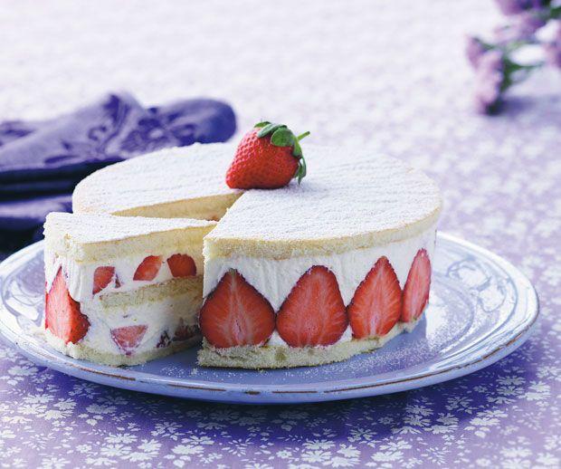 Lav en smuk og sommerlig jordbærlagkage med masser af smag og friske jordbær.
