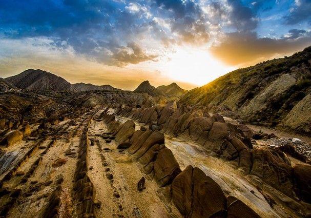 Solo en Almería podríamos tener tanta variedad en ecosistemas con un gran valor ecológico y geológico. Ecosistemas marinos, costeros, de montaña y hasta desértico, del cual hoy os queremos recordar el documental que llevo a cabo National Geographic sobre el desierto de Tarbernas.  #almeriatrending #almeria #almeria_trending #soydealmeria #documental #desierto #tabernas #location #almeriense #almería #fotografia #parquenatural