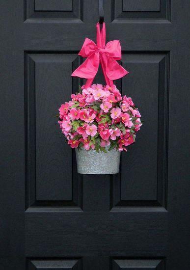 BALDE DE METAL Flores naturais embelezam um recipiente de metal; que, além de dar apoio, também permite usar uma espuma floral para manter a planta úmida. MdeMulher