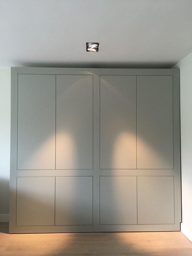 Strakke wandkast met ome touch deuren. Achter de deuren zijn planken. Kleur kiezelgrijs ral 7032