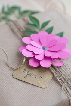 Wunderhübsche Papierblume auf einfachem Packpapier - super Kontrast!