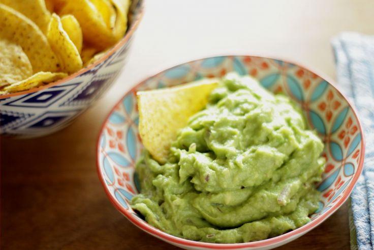 Guacamole ist ein herrlicher Avocadodip aus der Tex-Mex-Küche. Tortilla Chips eintunken und genießen! Sie passt eigentlich wunderbar zu allen Tex-Mex-Gerichte und ist sehr einfach und schnell zuzub...