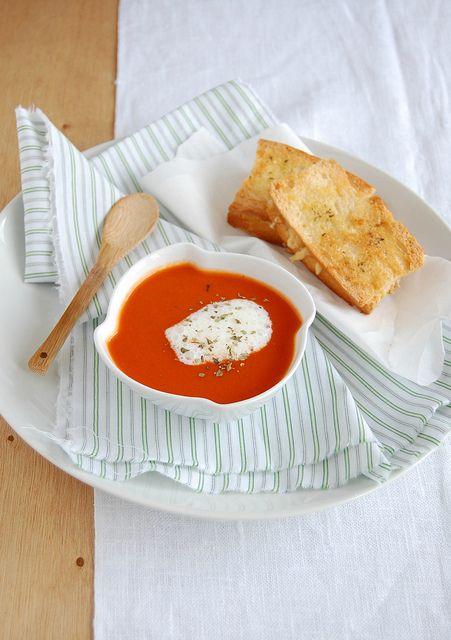 Sopa de tomate apimentada com queijo-quente crocante
