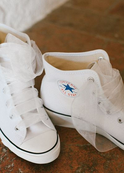Converse All Star de la novia. Boda hipster al aire libre organizada por Detallerie. Brides All Star. Outdoors hipster wedding by Detallerie.
