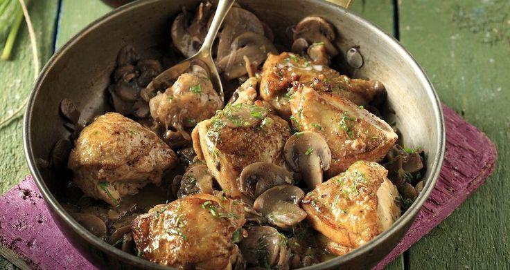 Κοτόπουλο με μανιτάρια και μαυροδάφνη