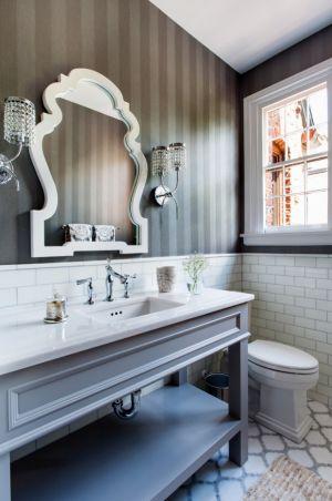 Geçiş tipi tarzında, güzel bir banyo dekorasyonu. Hem klasik çizgiler hem de endüstriyel çizgiler taşıyor.