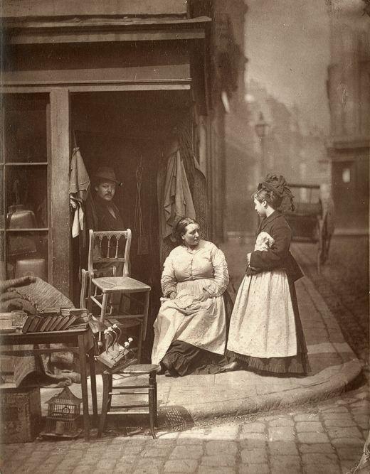 Old Furniture - Verkoper van tweedehands meubelen op de hoek van Church Lane in de Londense wijk Holborn. Het liefste stalde hij zijn hele voorraad uit op straat, net als de vele andere handelaren in de straat.