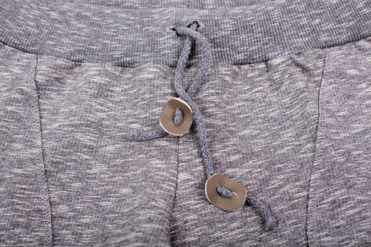 Zita / Spodnie dresowe  spodnie z miękkiej, wysokogatunkowej dzianiny dresowej w kolorze szarego melanżu, w oryginalnym fasonie z obniżonym krokiem, w pasie szeroki ściągacz na dodatkowej gumie, średniej grubości, idealne na każda porę roku szczególnie na okres przejściowy, Gramatura 240 g/m2