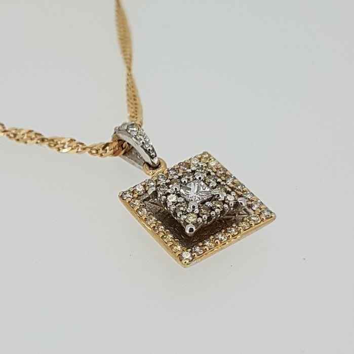 Diamond pendant in rood en wit goud met wit en gele diamanten  Deze halsketting durf zal brengen u in de schijnwerpers met het nette tweelaags ontwerp.Een prachtig gebouwde hanger met een mengeling van witte en champagne gekleurde diamanten.Dit stuk heeft het allemaal met de combinatie van een prinses cut diamant 0 10ct en 46 champange gekleurde briljant geslepen diamanten op 0 35ct.De princess cut diamond heeft een kwaliteit van F-G/vvs-vsDeze tegenhanger is 22 mm lengte 109 mm in de…