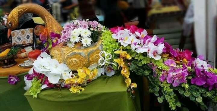 Un pavone realizzato con una zucca e una cascata di fiori per augurarvi buona nottata di Halloween!