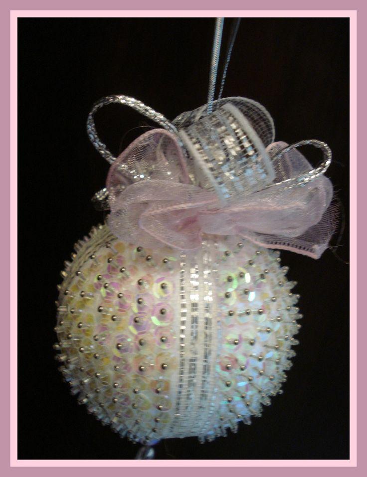 Pingente natalino confeccionado com bola de isopor e alfinetes, adornado com lantejoulas, pedrarias, vidrilhos, laços e fitas.