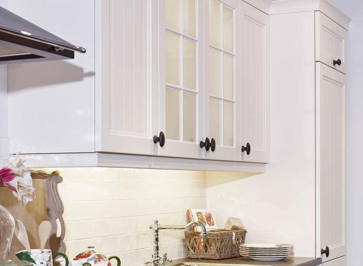 Landelijke rechte keuken in het wit met bovenkasten en zwarte handgrepen wat zorgt voor een klassieke uitstraling. Bekijk meer foto's, gegevens en prijzen op onze website. #klassiek #bovenkastjes #handgrepen