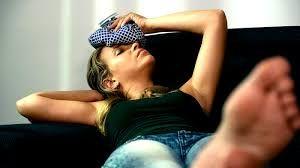 Fibromialgia: consejos para tener una mejor calidad de vida   Un adecuado tratamiento y la ayuda del entorno afectivo son algunos factores que pueden ayudar a que convivir con esta enfermedad sea menos complicado.  La fibromialgia es una afección crónica que se caracteriza por fuertes dolores de cabeza adormecimiento en manos y pies dificultad para concentrarse y dolores menstruales agudos.Esta enfermedad que afecta mayoritariamente a las mujeres de entre 20 y 50 años deja como resultado una…