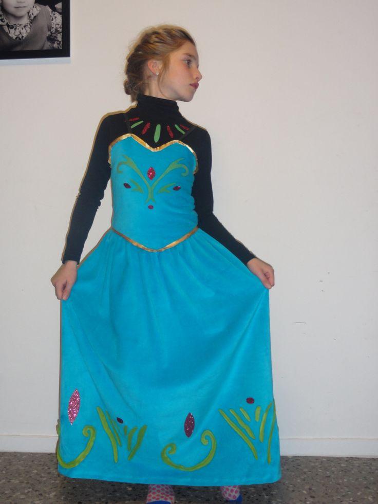 Frozen, jurk Elsa 3-delig: rok, topje, zwarte trui met rolkraag * rok met opstiksels in fleece, rekkerband * topje: afgewerkt met goudkleurig zijdeband, flockfolie, zwarte elastieken schouderbandjes  * trui met rolkraag: flockfolie
