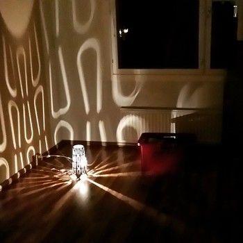 テーブルランプのKAJUTAを床置きすると、お部屋いっぱいにユニークな陰影が広がっています。好きな音楽を聴きながら気分転換ができそう。