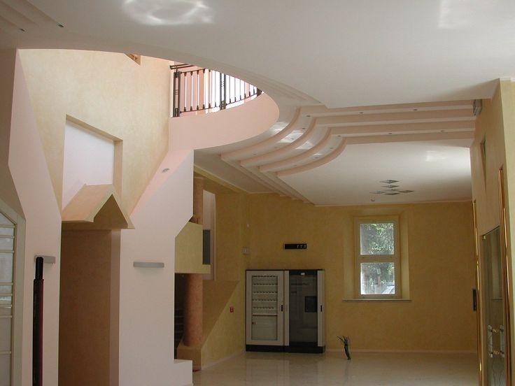 Forme in gesso per gradini curvi a soffitto e per costruzioni laterali e tettuccio dell' ingresso teatro.