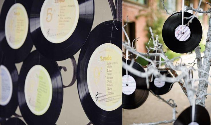 Tableau per gli amanti della musica... Sulle note dell'amore: usate dei vecchi dischi in vinile che daranno un tono musicale al vostro matrimonio #tableau #dischi #vinile #whiteweddingitaly #weddingideas