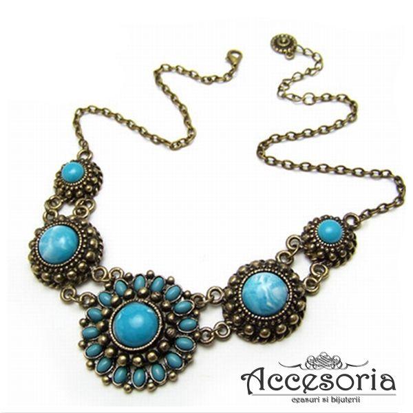 Colier vintage, argintiu,  decorat cu pietre acrilice cu nuante de albastru, parca scos din cutia de bijuterii a bunicii. www.accesoria-store.ro