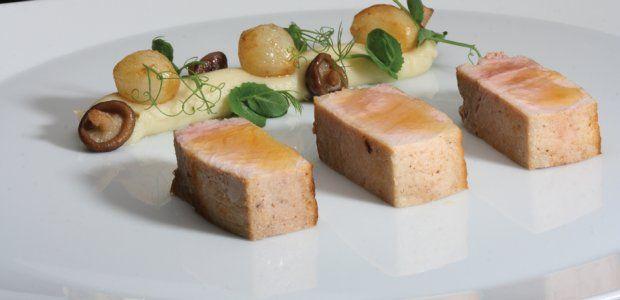 Gebraden lende van het Livar-varken, crème van artisjok, gekonfijte marloeskes en een noisetteboter-vinaigrette