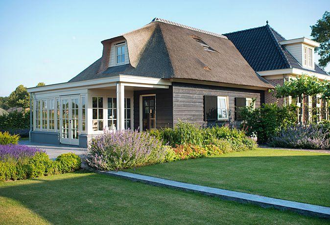 www.buytengewoon.nl. tuinontwerp - tuinaanleg - tuinonderhoud. Landelijke tuin met rietgedekte buitenruimte en buitenkeuken. www.buytengewoon.nl