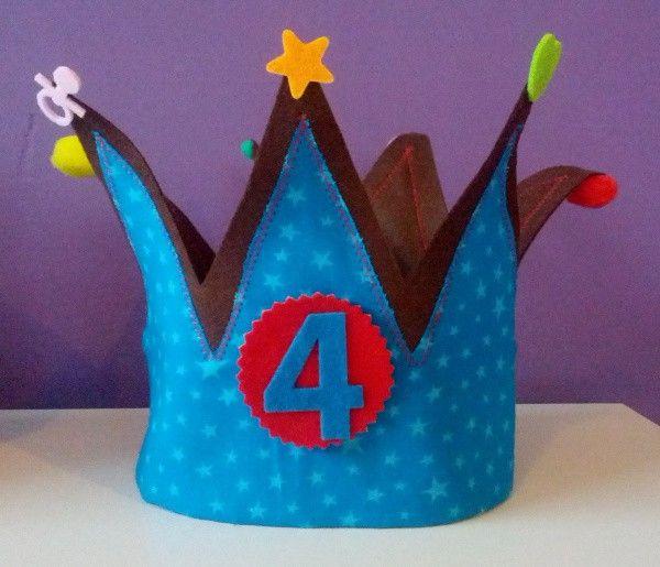 Corona de cumpleaños en fieltro y estampado de estrellitas.