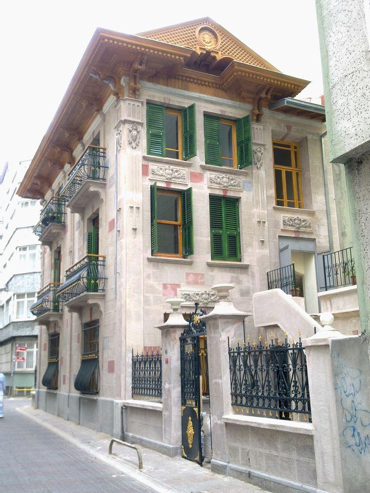 Tarihinin çok eskilere dayandığı ve medeniyetler merkezi olan İstanbul Şehrinin hala tarihi dokusunu üzerinde taşıyan eski evlerini sizlerle paylaşıyoruz.