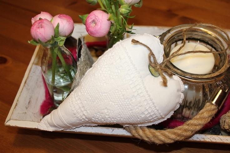 Schönes Stoffherz aus Omas alter Bettwäsche.    Wunderschönes Deko Ojekt mit dem besonderen Charme.    Mit einem Perlmuttknopf verziert und mit ein...