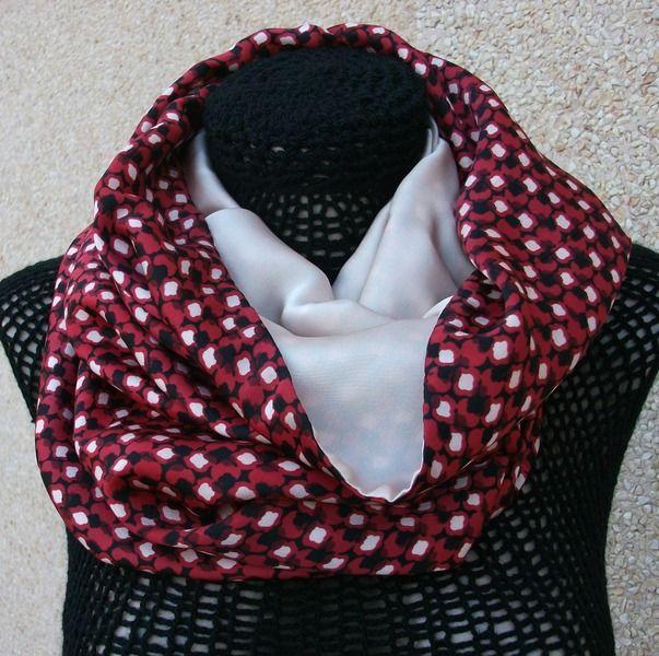 Cuello tubular realizado en satén con motivos en color rojo, negro y beige, con una tela interior de satén beige asalmonado. Se puede llevar al cuello o ponértelo como si fuera una capucha.
