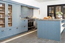 Blauwe keuken nostalgische keuken afgewerkt met steigerhout