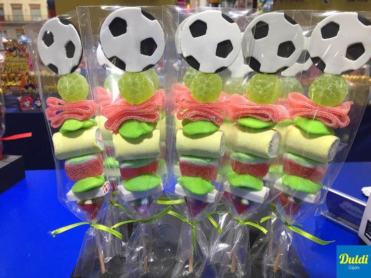 ¡En Duldi Gijón están de cumpleaños! Entrega de unas brochetas de golosina para unos niños a los que les encanta el fútbol.
