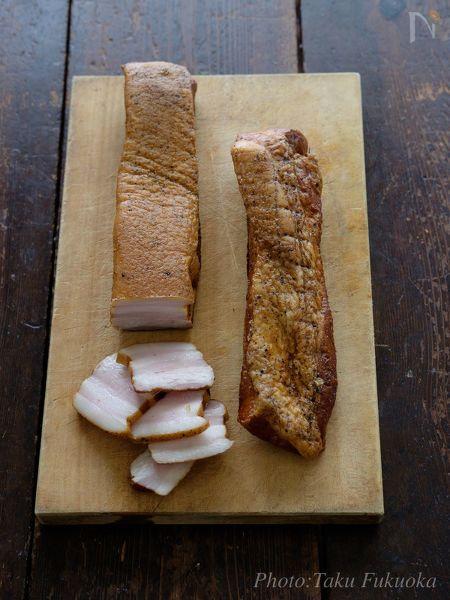 スモーカーを使った本格ベーコン。  作り方は意外にシンプル。  塩分は2%、お好みのハーブを足してもOK!