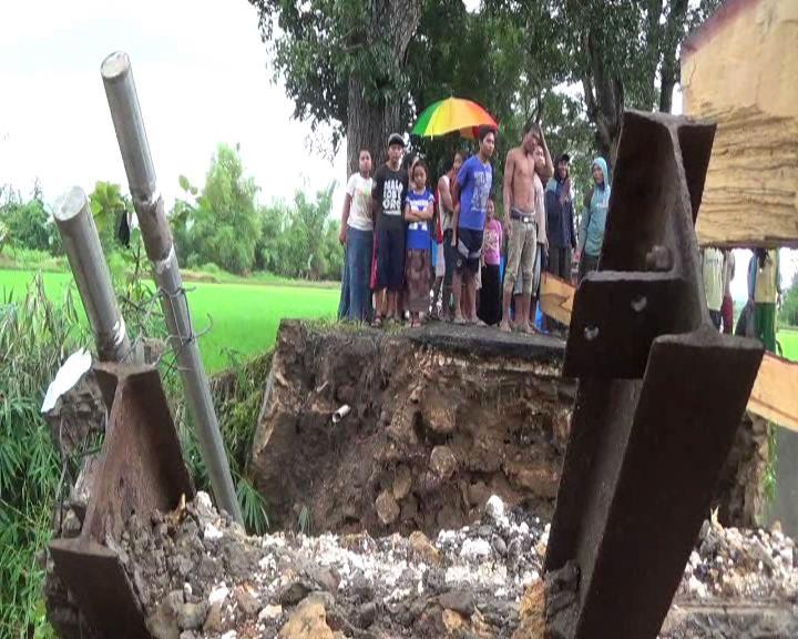 Jembatan Runtuh Warga Satu Dusun Terisolir